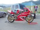 Motociklas pakeltas dviem keltuvais - 2 pav.